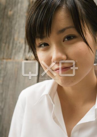 微笑む女子高生