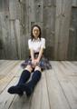 床に座る女子高生