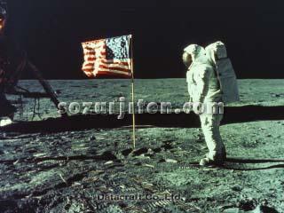 宇宙飛行士と星条旗(NASA提供)
