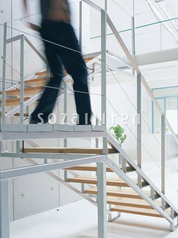 階段を下りる男性