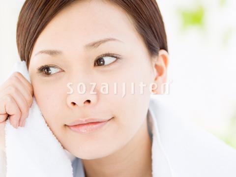 タオルで顔を拭く女性 ▼この写真素材が収録されている素材集  タオルで顔を拭く女性