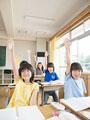 授業中の小学生