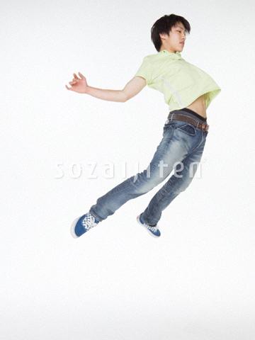 ジャンプする若い男性 ▼この写真素材が収録されている素材集  ジャンプする若い男性