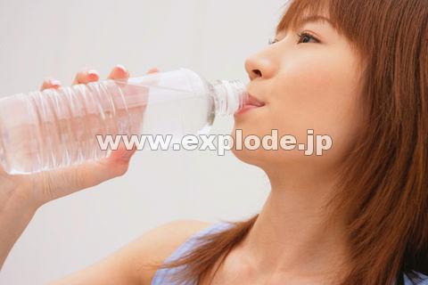 水を飲む女性 ▼この写真素材が収録されている素材集   写真素材