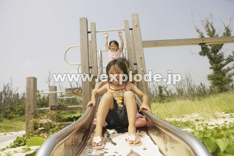 滑り台で遊ぶ子供たち