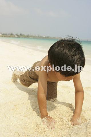 砂遊びをする男の子
