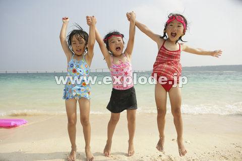 砂浜で遊ぶ子供たち