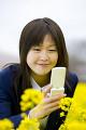 携帯電話を持つ女子高生