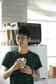 マグカップを持つ日本人男性