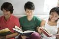 本を読む日本人男女グループ