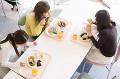 食事をする日本人女子大生