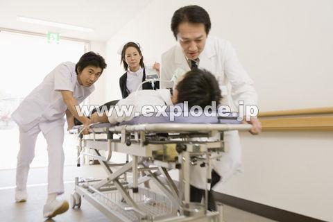 患者を運ぶ医師
