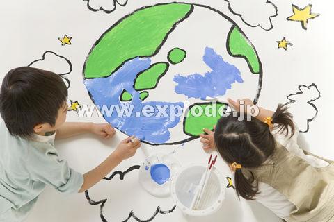 地球の絵を描く子供達 - da-414011 ... : 幼児 お絵かき : 幼児