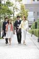 オフィス街を歩く男女