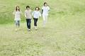 芝生の上を歩く若者たち