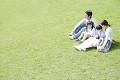 芝生の上に座っているファミリー