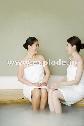 一緒にお風呂に入る二人の女性