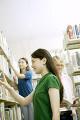図書室で本を探す学生