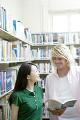 図書室で見つめあう男女の学生