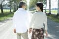 手をつないで歩くシニア夫婦の後姿