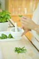 すり鉢でジェノバソースを作る女性