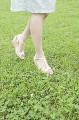 公園を散歩する若い女性の足元