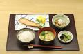 焼き鮭と納豆の朝食