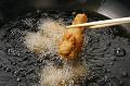 フライドチキンを揚げる