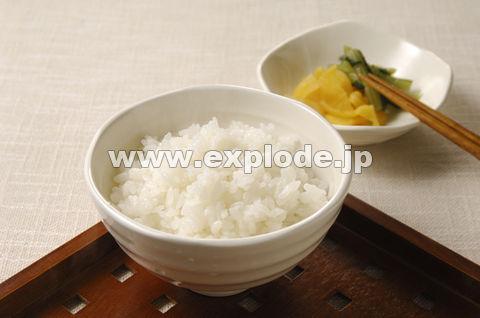 湯気のたつご飯と漬け物