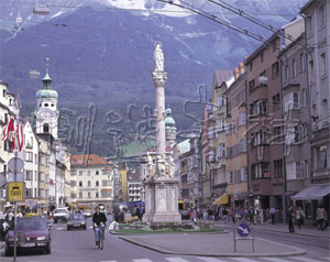 マリアテレジア通りと聖アンナ記念塔