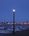 街灯と函館港