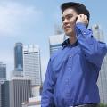 携帯電話で話をしているビジネスマン