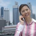 携帯電話で話をしているビジネスウーマン