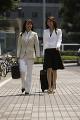 街中を歩く2人のビジネスウーマン