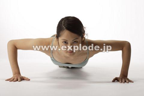 腕立てをする日本人女性