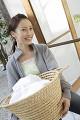 洗濯物を運ぶ日本人女性