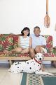 リビングでくつろぐシニア夫婦と犬
