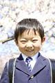 桜の前に立つ小学生男子