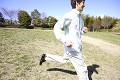 公園を走る男性
