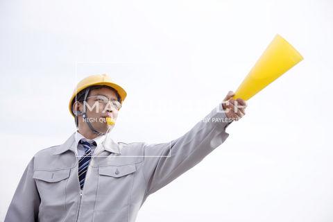 現場で指示をだす作業員 ▼この写真素材が収録されている素材集  現場で指示をだす作業員
