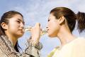 シャンパンを飲む女性達