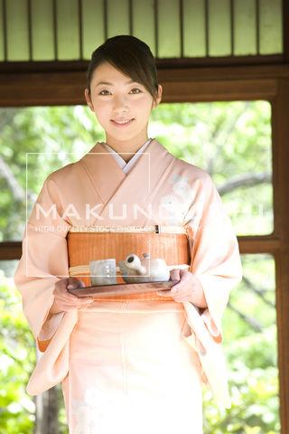 お茶を運ぶ和服女性 ▼この写真素材が収録されている素材集  お茶を運ぶ和服女性