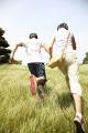 草原を走るカップル