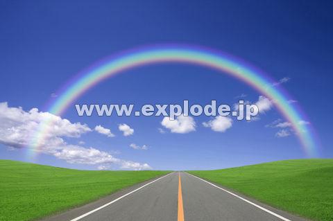 虹と草原の中の一本道