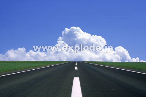入道雲と一本道