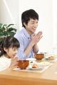 朝食時に「頂きます。」と言う女の子と父親