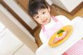 ハムエッグの皿を運ぶ女の子