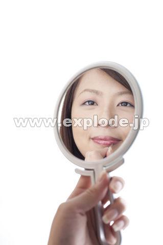 手鏡に映る口紅を塗る女性 ▼この写真素材が収録されている素材集  手鏡に映る口紅を塗る女性