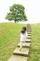 公園の階段を駆け上がる女の子の後姿