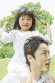 公園で娘を肩車する父親